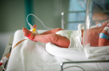 Premature baby in an incubator. Credit: CatEyePerspective/iStock.com